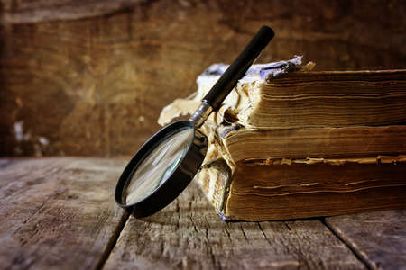 učebnice: magnifying glass and old book