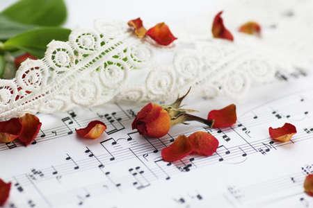 motivos navideños: hoja blanca de papel con notas musicales impresas con motivos de Navidad