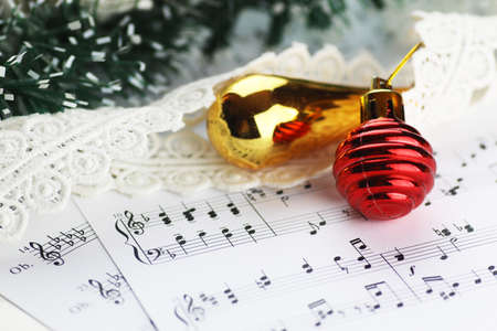 motivos navideños: white sheet of paper with musical notes printed with Christmas motifs