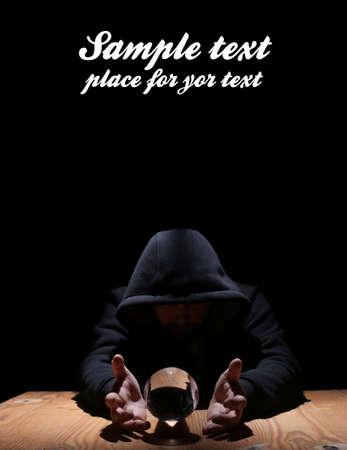 soothsayer: hombre en una campana de cristal negro con la bola de convocar el mal y el espacio vacío para el texto
