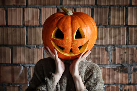 foda: pumpkin head monster sign hand space on halloween Foto de archivo