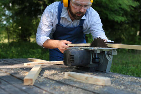 desktop items, en het proces van de voorbereiding van hout voor het zagen en de bouw Stockfoto