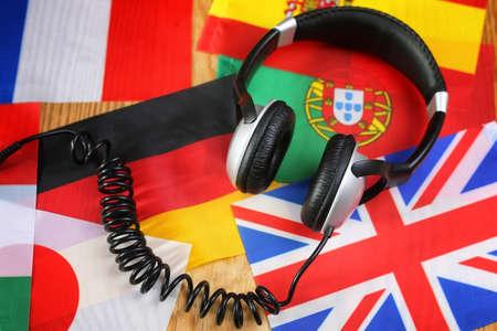 Cursus taal hoofdtelefoon en vlag op een tafel