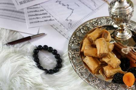 Table de bonbons de l'Est sur un plateau de baklava et Tamarind