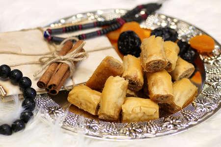 Table de bonbons orientale sur un plateau d'argent baklava et tamarin
