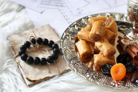 Table de bonbons de l'Est sur un baklava de plateau d'argent et collation de Tamarind sur le lieu de travail