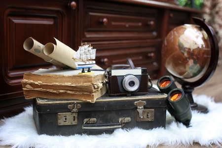 samenstelling op een houten vloer vintage globe met oude lederen sui Stockfoto
