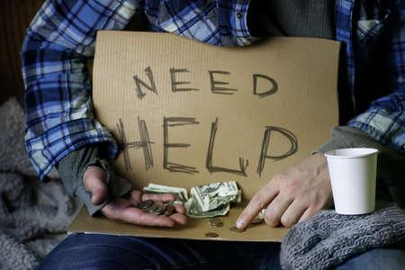 Uomini di mano invecchiati tenere il concetto di aiuto oggetto