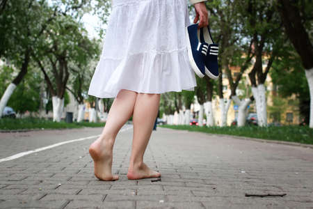 knap en aantrekkelijk persoon in de zomer in het landschap van de stad straten en parken