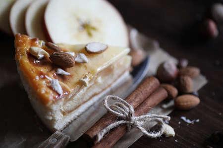 Delicioso pastel de hojaldre con canela y fruta Foto de archivo