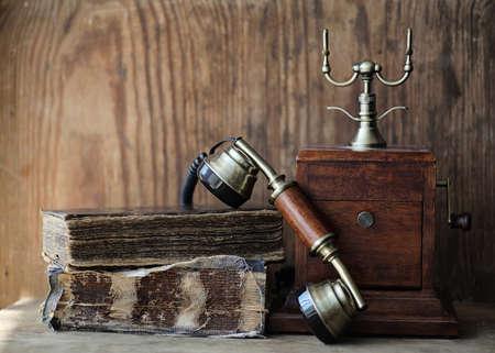 木製のテーブル上の古い電話、レトロな本