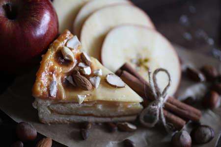 Deliciosos pasteles con canela y fruta