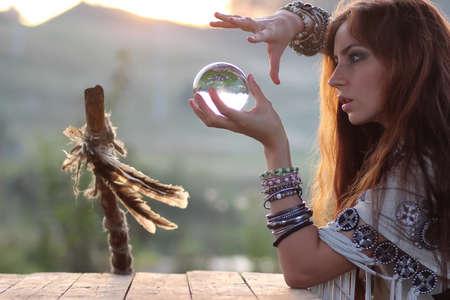 Czarownica z kryształową kulą o zachodzie słońca Zdjęcie Seryjne