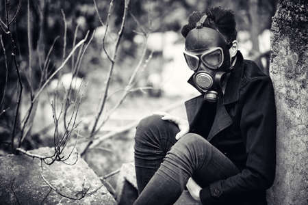 コートとガスマスクの男。 写真素材