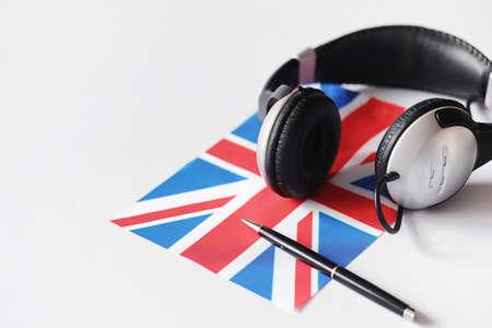 Fremdsprachen lernen. Notizblock für Einträge und eine Flagge.