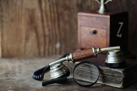 Vieux téléphone et livre rétro sur un bois Banque d'images - 96449793