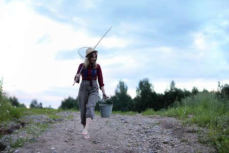 Meisje bij de rivier met een hengel Stockfoto