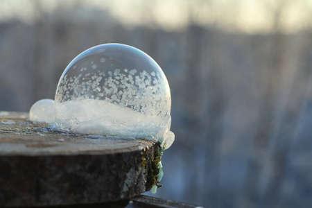 Seifenblasen gefrieren in der Kälte. Winterseifenwasser gefriert in t Standard-Bild