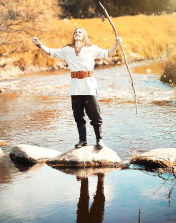 Un hombre con ropa étnica es escandinavo. Foto de archivo