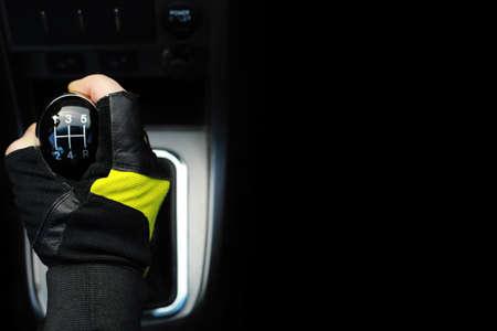 Versnellingspook. Handgeschakelde versnellingsbak. Hand op de versnellingspook in de auto. Stockfoto