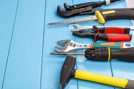 herramientas de trabajo: Vista de herramientas para el trabajo que ponen en el fondo de madera azul. Foto de archivo
