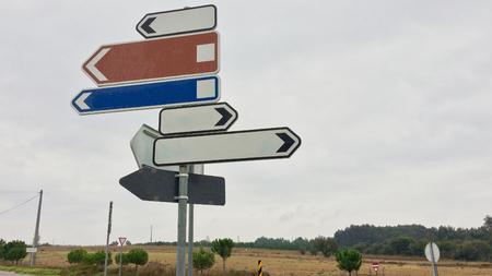 Verkehrszeichen in verschiedene Richtungen, viele Wege, Variabilität der Auswahl, Kreuzung Standard-Bild