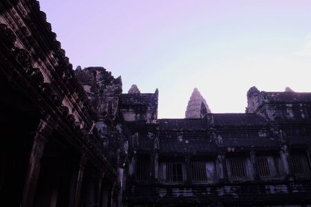 Fragment of an ancient stone temple in Cambodia. The ancient architecture of Southeast Asia. Abandoned temple. 免版税图像