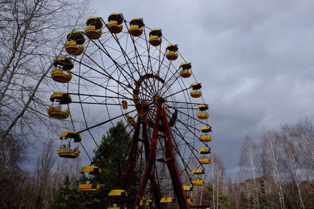 The famous Ferris wheel in an abandoned amusement park in Pripyat. Cloudy weather in the Chernobyl exclusion zone. Archivio Fotografico
