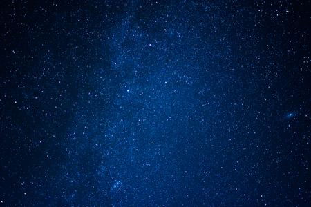밤 하늘 은하수 속에 별