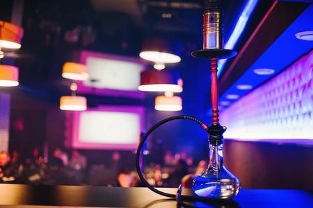 barra hookah con una bombilla clara agradable para fumar tabaco y relajarse