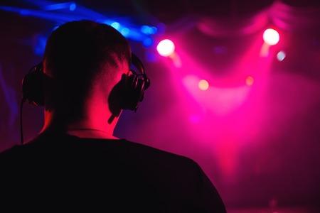 hoofd DJ koptelefoon van terug close-up van muzikale gebeurtenis Stockfoto