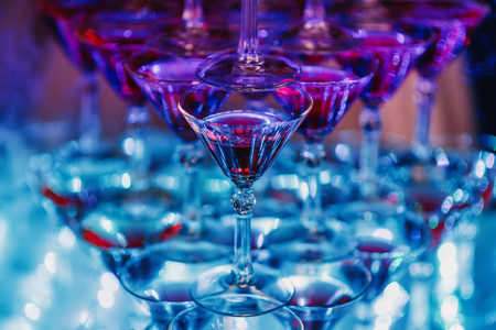 glasses with Martini cocktail with ultraviolet color Stockfoto