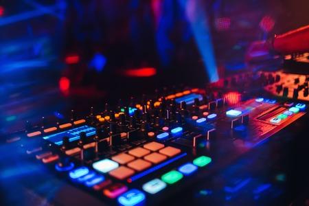 Panel controlador de mezclador de DJ para música electrónica Foto de archivo