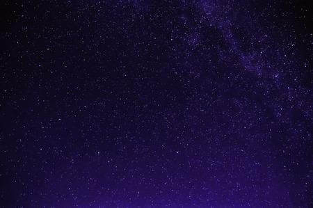 étoiles dans la nuit violet noir ciel étoilé