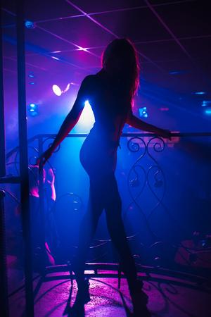 Mädchen Go-Go-Tänzerin posiert in einem Nachtclub auf der Bühne Standard-Bild