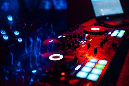 Mezclador de DJ profesional en la mesa en la discoteca