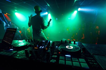 artist with a microphone performs on the stage of a nightclub at a party Stockfoto