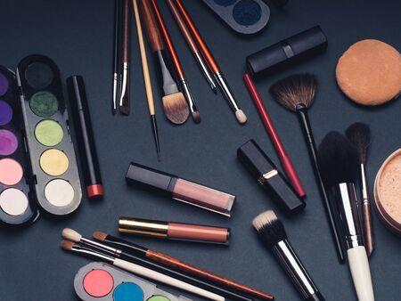 professionelles Make-up und Beauty-Set für das Gesicht. Pinsel, Lippenstift, Lidschatten