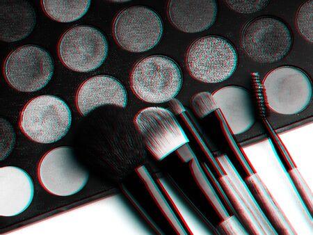 set di pennelli per il trucco e tavolozza di ombretti professionali da vicino. Foto in bianco e nero con effetto glitch 3D Archivio Fotografico