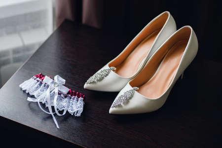 wedding white bride shoes with silver earrings Zdjęcie Seryjne