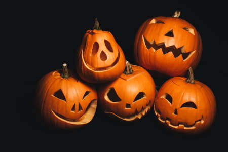 holiday card with Halloween pumpkins with carved faces to decorate Banco de Imagens
