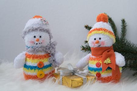 peluche bonhomme de neige de Noël dans une écharpe blanche Banque d'images