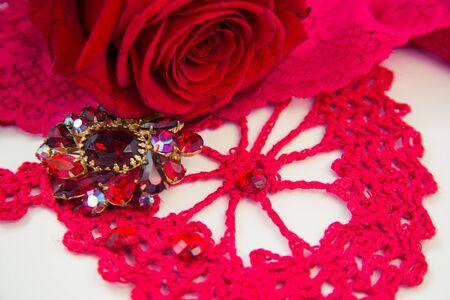 Broche rubis rouge sur fond clair Banque d'images