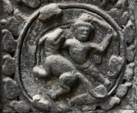 kampfhund: Bas-Relief an Ta Phrom Tempel eine Kampfszene zwischen einem Mann und einem Hund zeigt