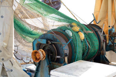 Treuil de chaîne de cabestan sur un bateau de pêche de chalutier Banque d'images