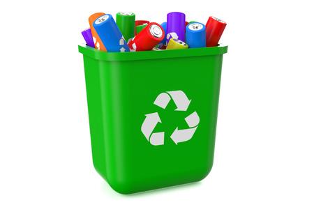 pila: cubo de basura con las baterías de reciclaje aisladas sobre fondo blanco