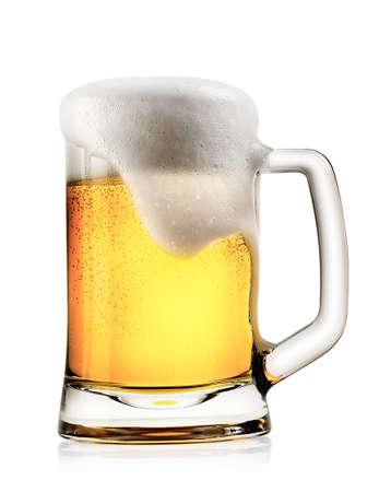 vasos de cerveza: Taza de cerveza ligera con espuma aisladas sobre fondo blanco