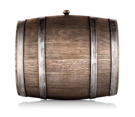 白い背景で隔離の側で横になっている木製の樽