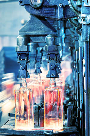 Production of bottles on the conveyor glassworks