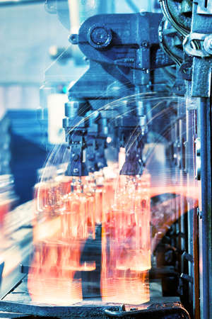 Production of glass bottles on the conveyor glassworks